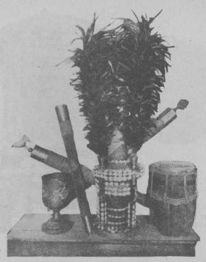 儀式に用いる道具と子安貝の装飾が施されたセンセリボ(エリボ、セセ)